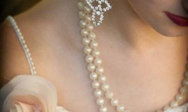 vintage-bride-wears-pearl-necklace-crystal-chandelier-earrings__full